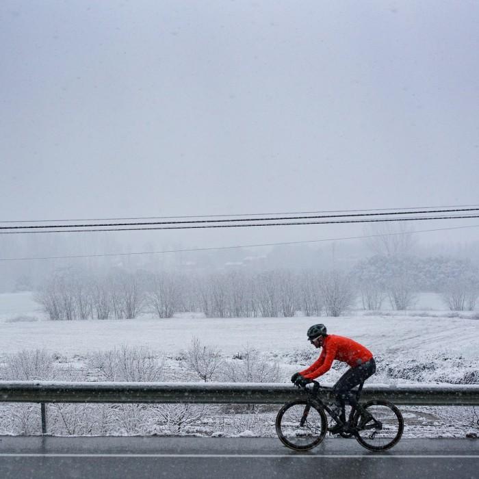 Jak radzić sobie z mrozem i śniegiem na rowerze